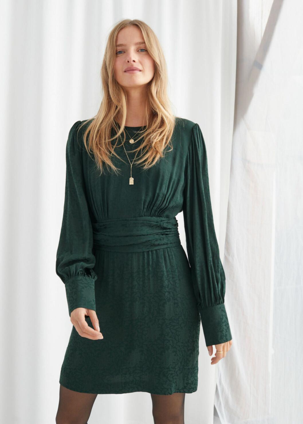 Grön festklänning med markerad midja för dam till 2019