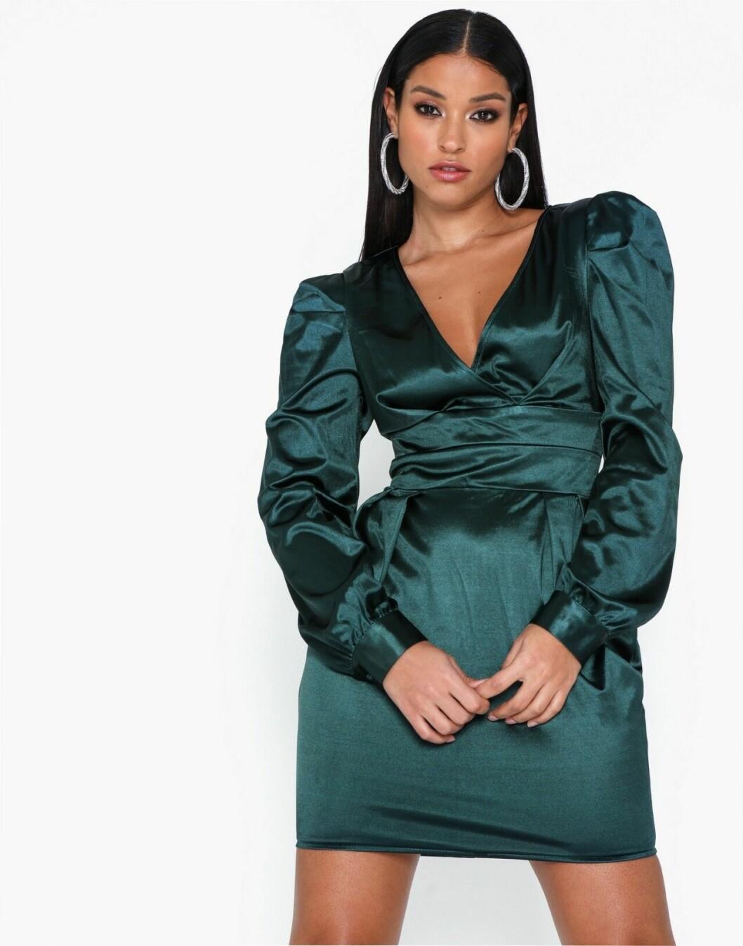Grön festklänning med puffärm för dam till nyår 2019