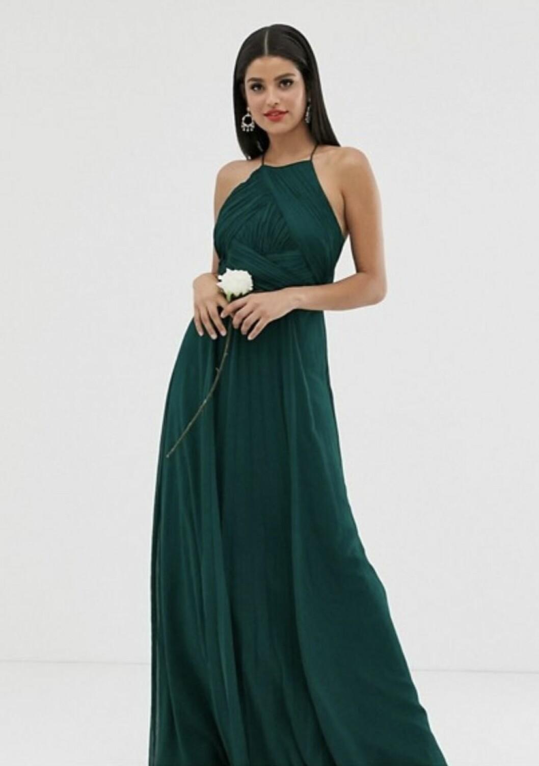 Grön klänning med tunna band till brudtärnan