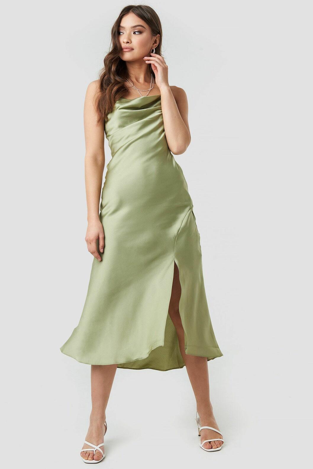 Grön klänning med tunna band till bröllop 2019