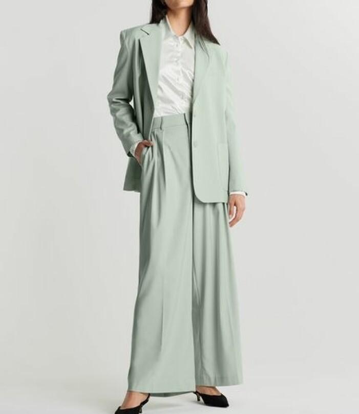 Grön kostym i oversize-modell