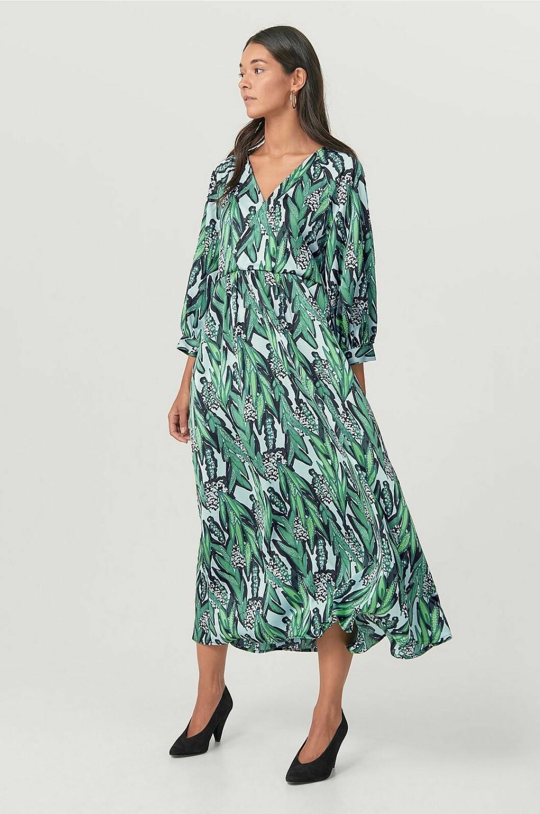 Grön klänning med lång ärm och v-ringning för dam till 2020