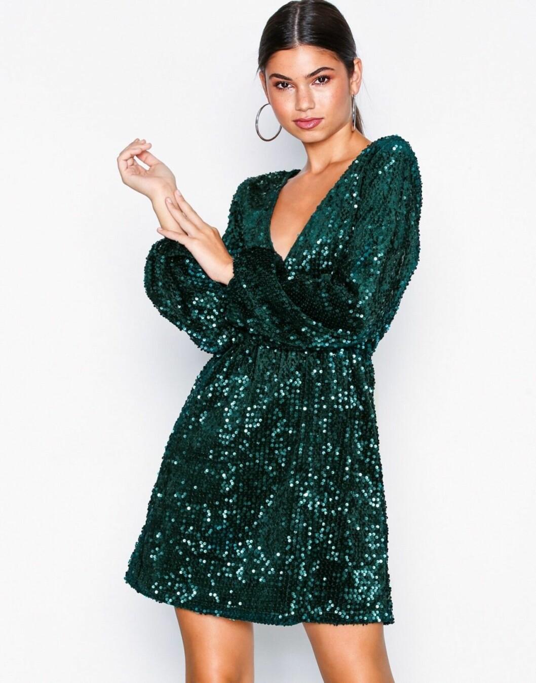 Grön paljettklänning med v-ringning för dam till nyår 2019