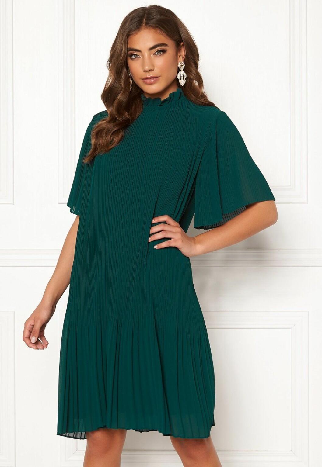 Grön plisserad klänning i plisserat tyg till bröllopet 2020