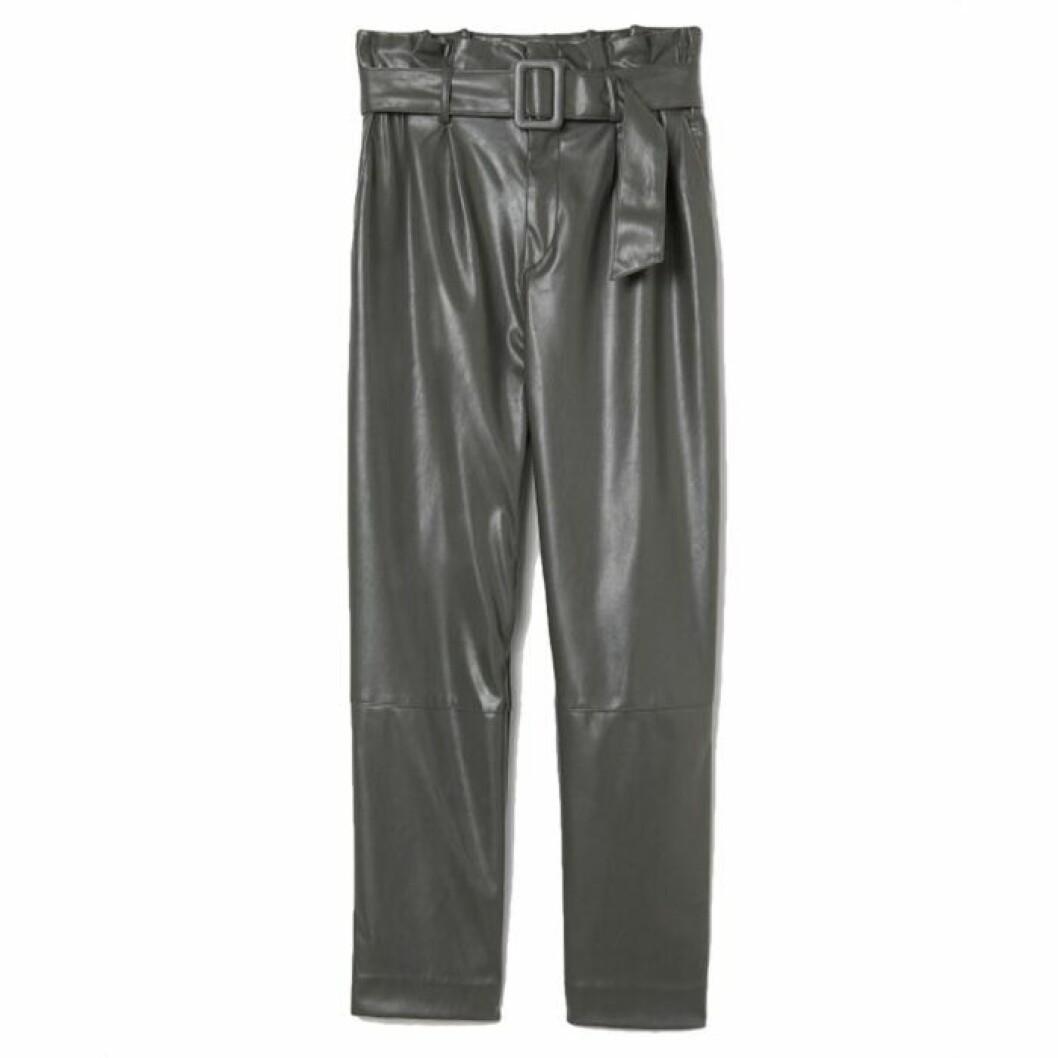 Gröna byxor i läderimitation