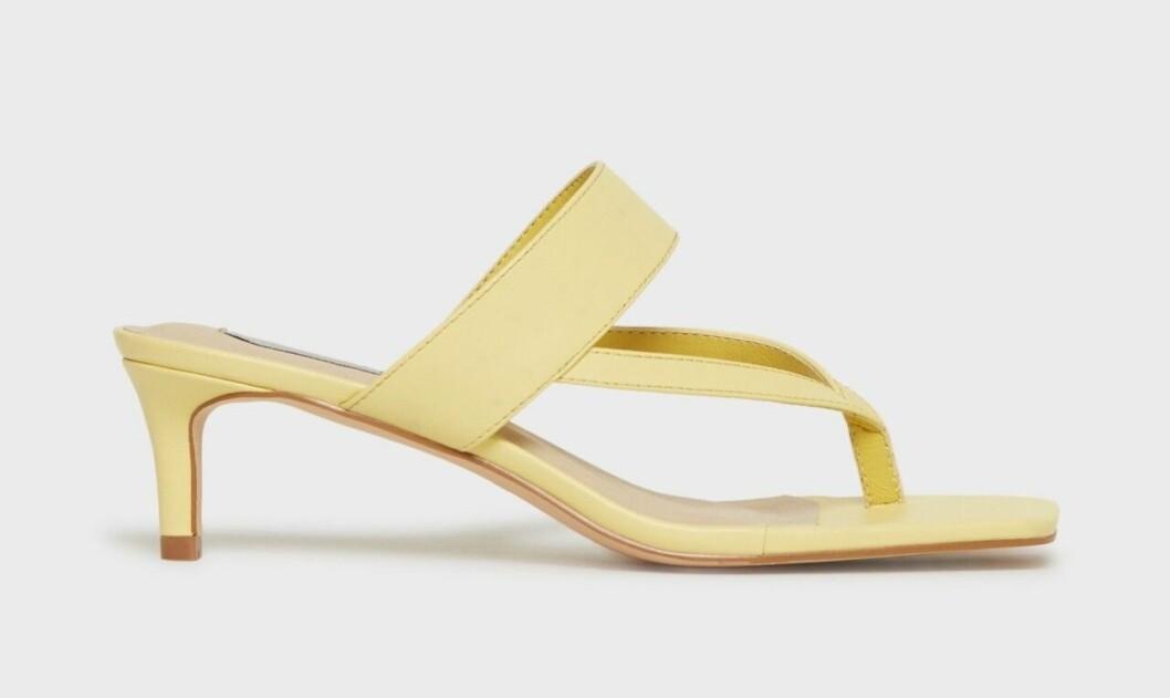 Gul flipflop-skor med fyrkantig tå
