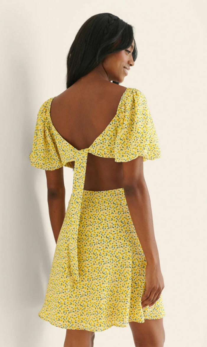 gul klänning med öppen rygg och knytning från nakd