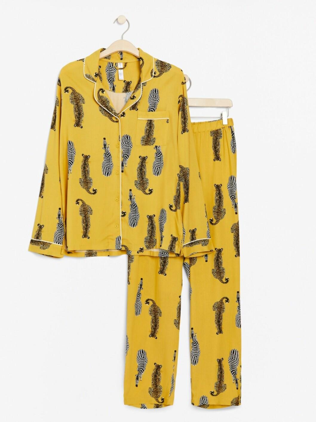 Gul pyjamas med djur
