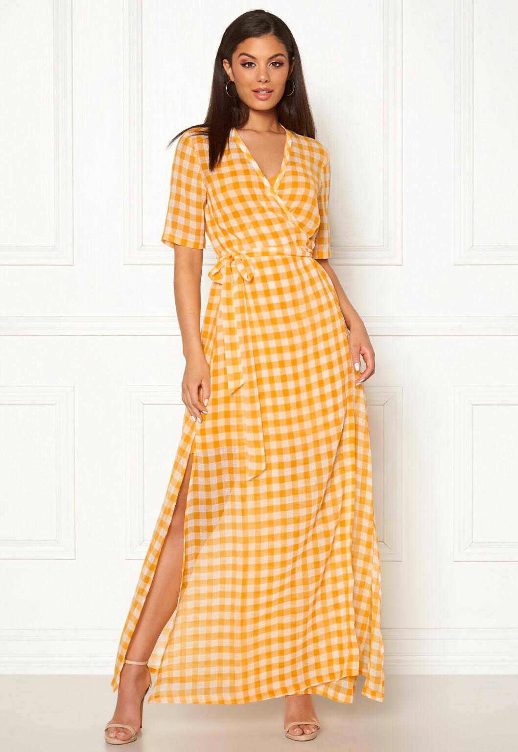 Rutig klänning i omlottmodell till sommaren 2020