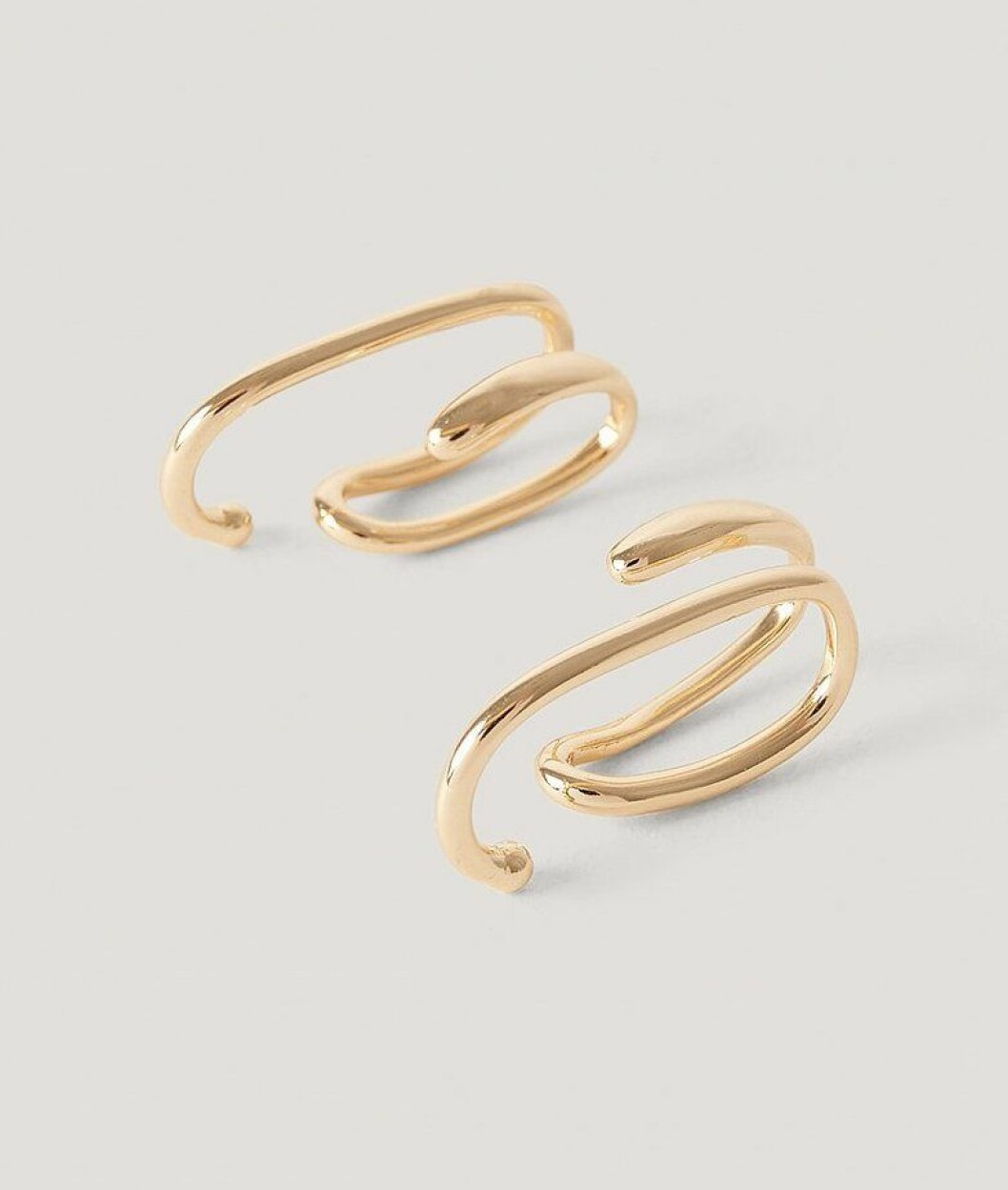 Guldfärgade earcuffs från Nakd