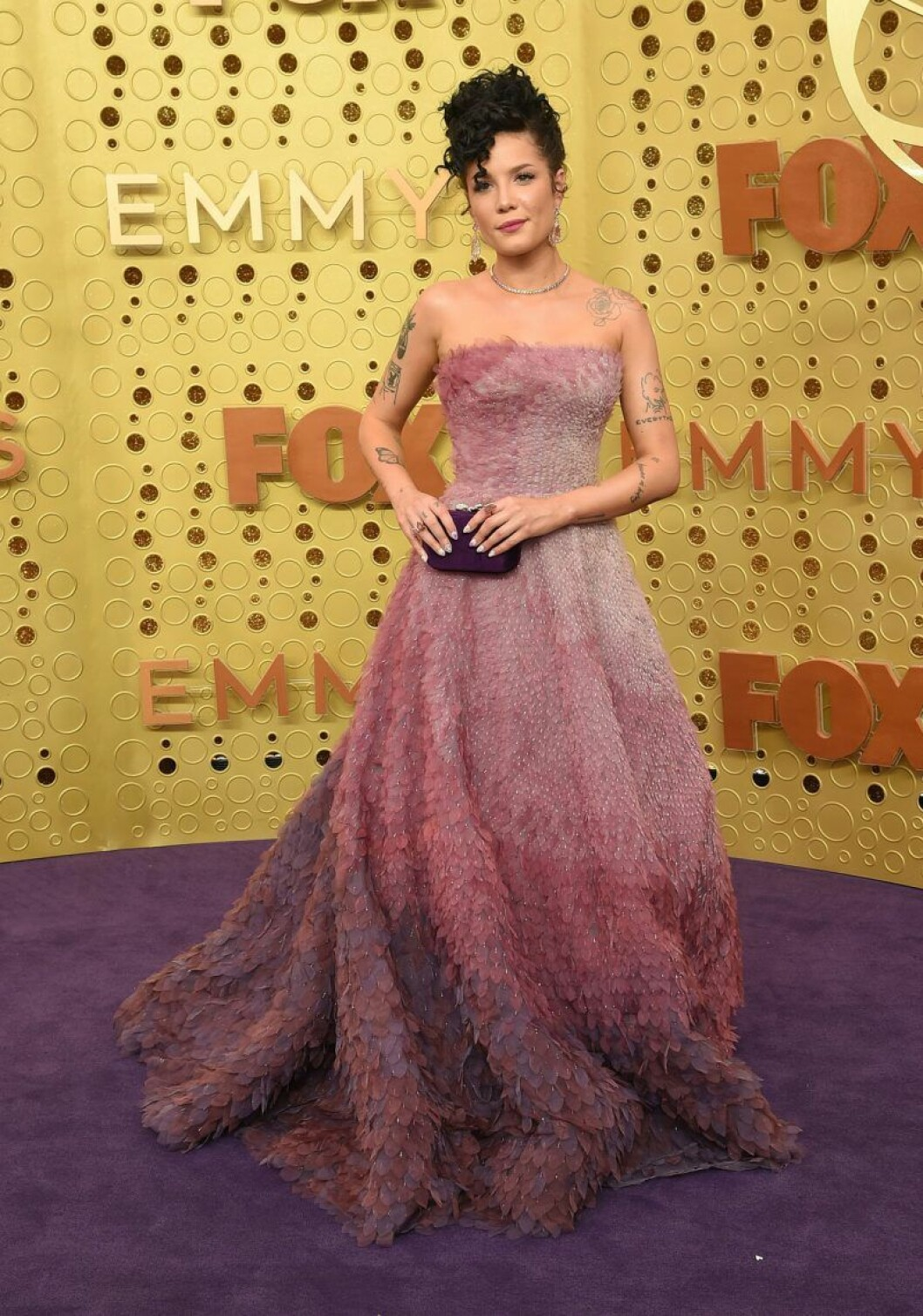 Halsey på röda mattan på Emmy Awards 2019
