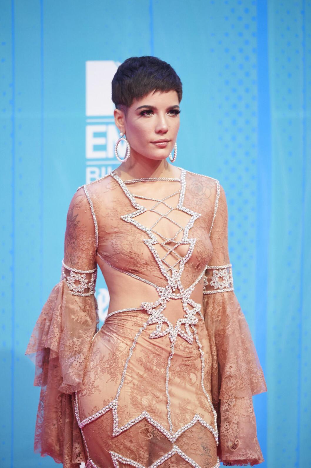 Halsey i nude-färgad klänning med pärlor på MTV EMA 2018.