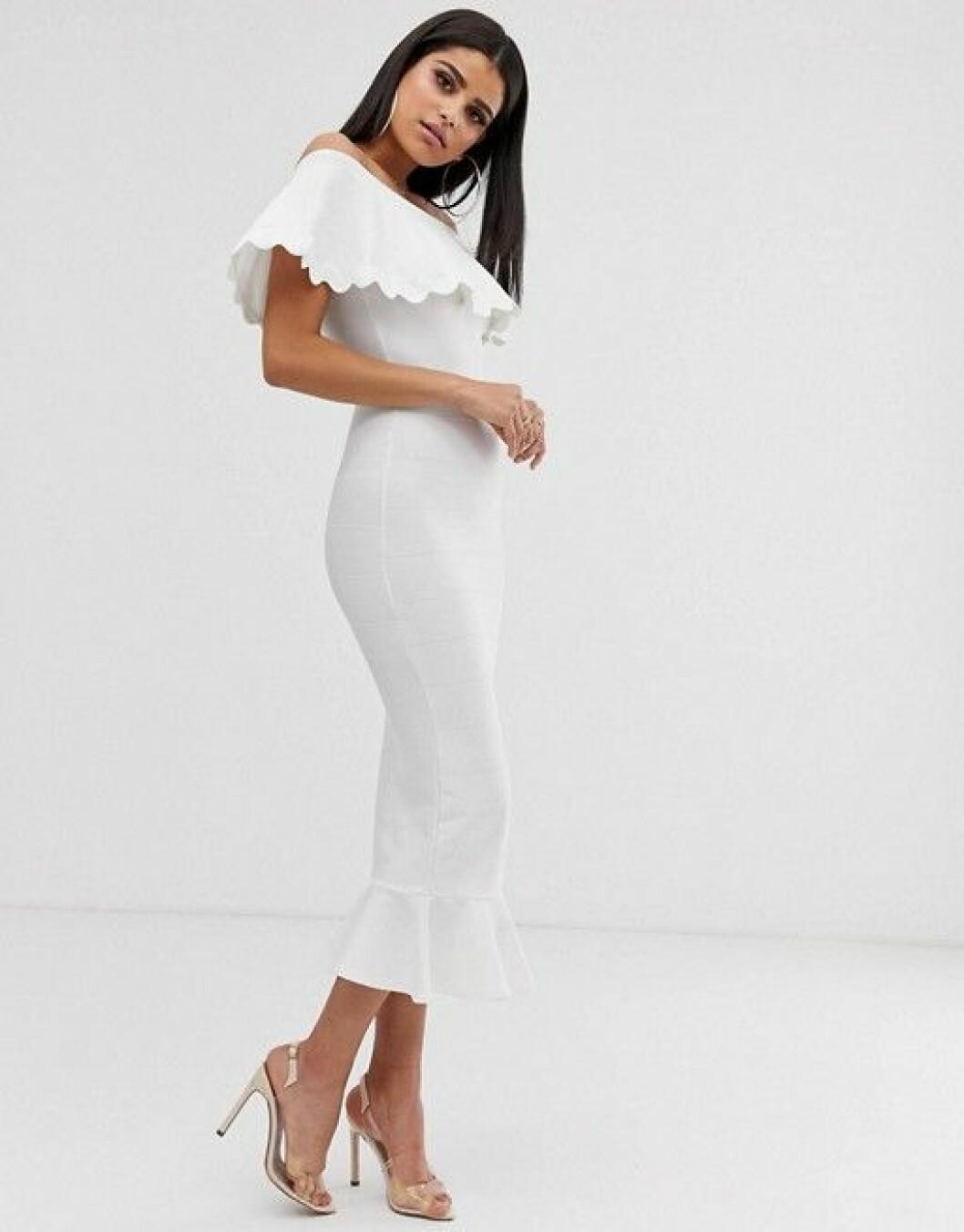 En bild på en vit fodralklänning från Asos.