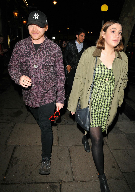 Rupert Grint och Georgia Groome går på gatan