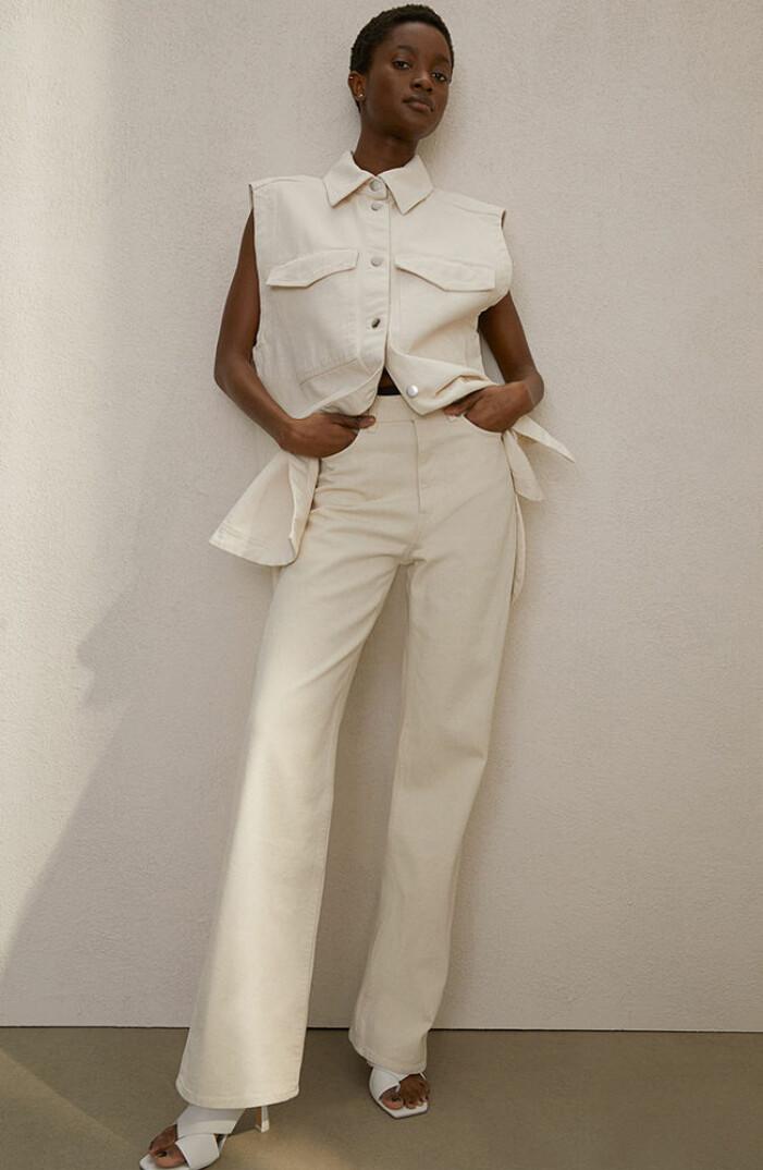 vit jeansväst och vita jeans med vita klackar