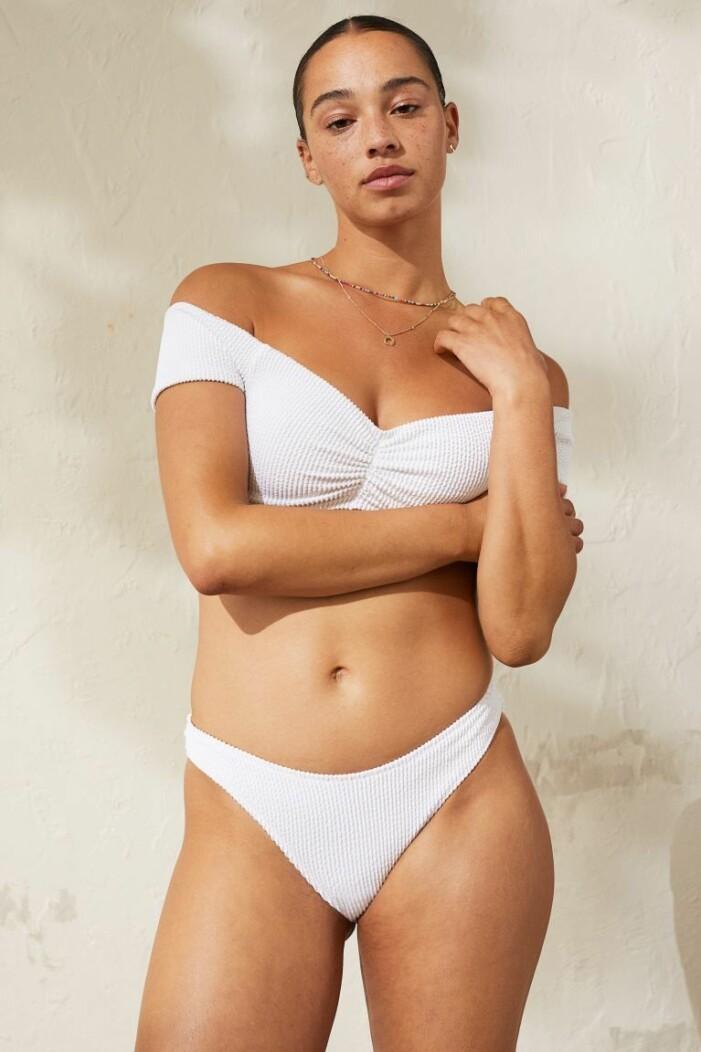 vit bikini med off shoulder-topp