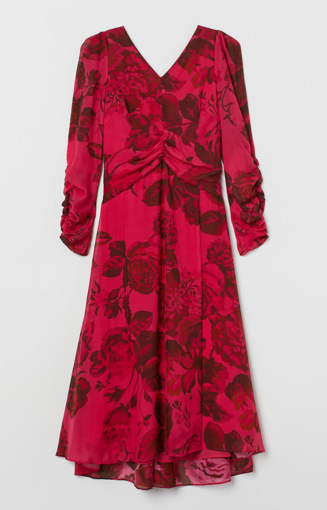 Rödblommig klänning som passar julfesten och julbordet
