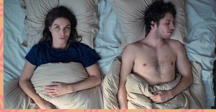 Huvudpersonen Vera (Alida Morberg) i Amningsrummet ligger i sängen och tänker.