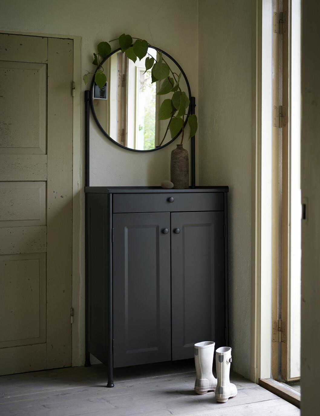 Hallförvaring från Ikea med rund spegel