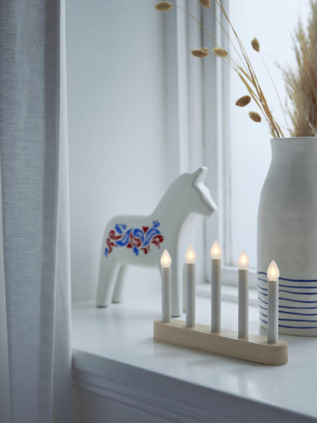 Ljusstake med LED-belysning och dalahäst från Ikea julen 2019