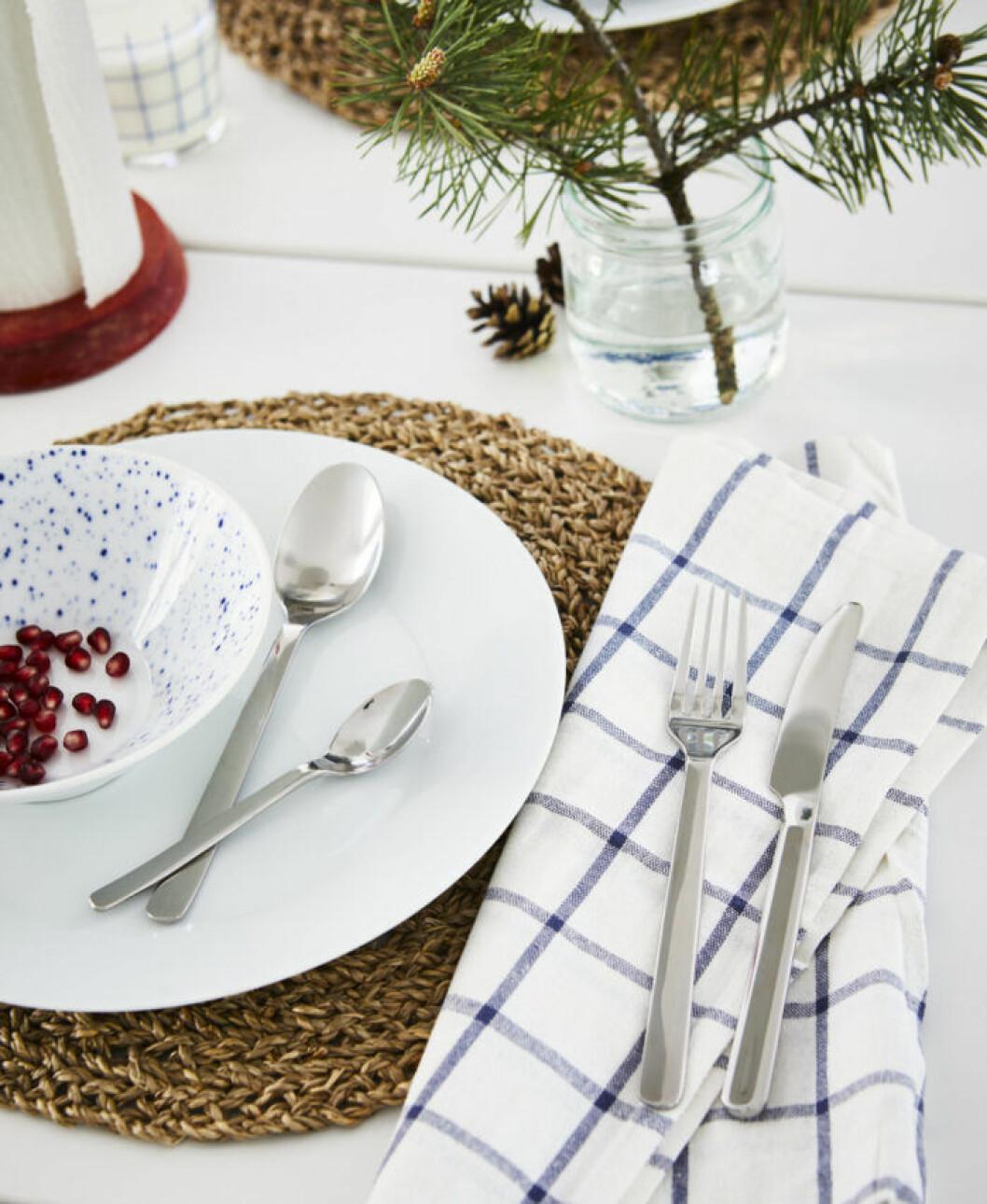Naturmaterial och vitt kompletterar det röda i jul