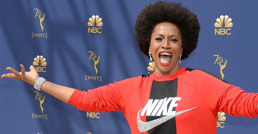 Jenifer Lewis bar en Niketröja på röda mattan under Emmy awards 2018.