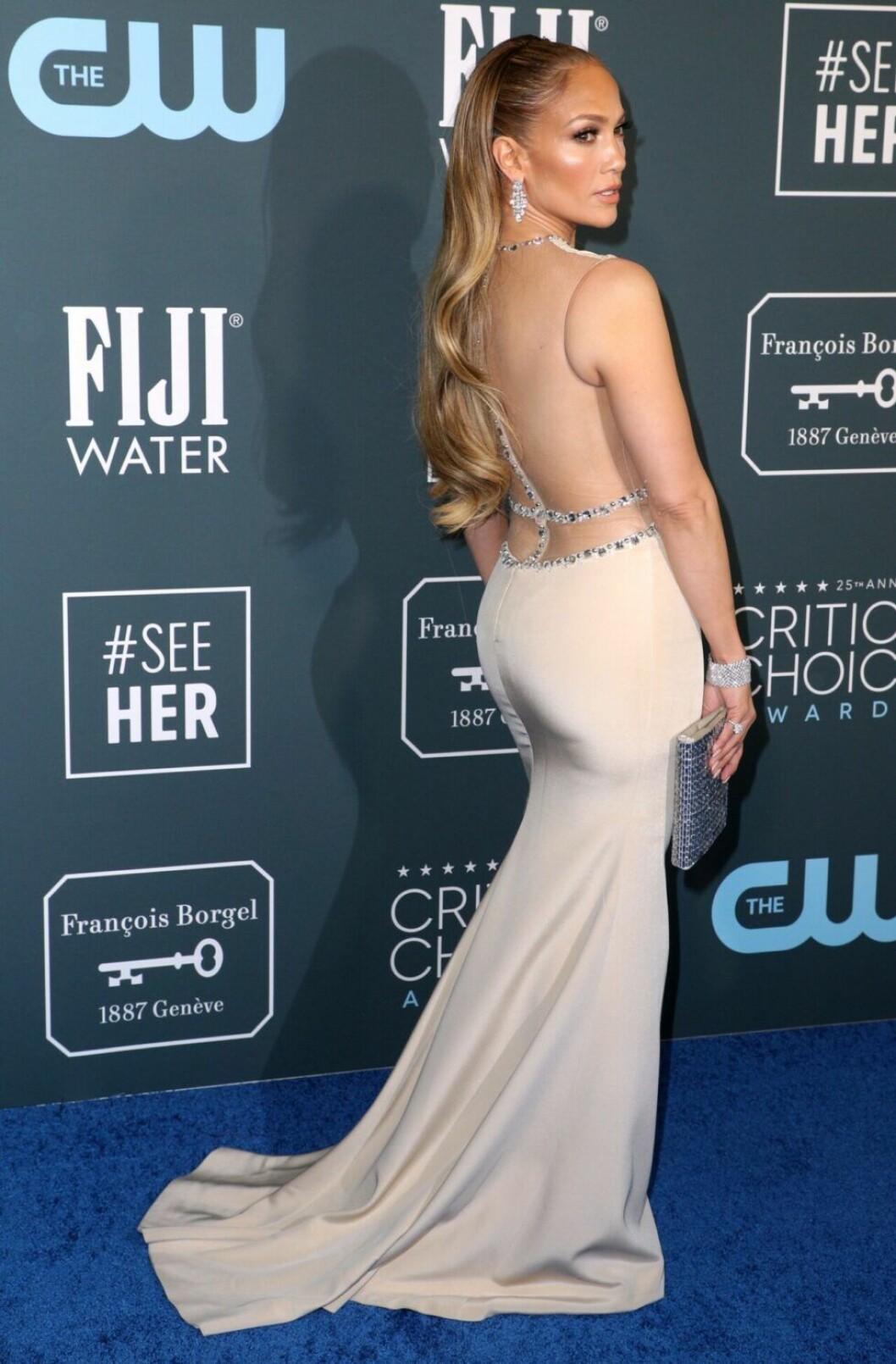 Jennifer Lopez i vit klänning med låg rygg