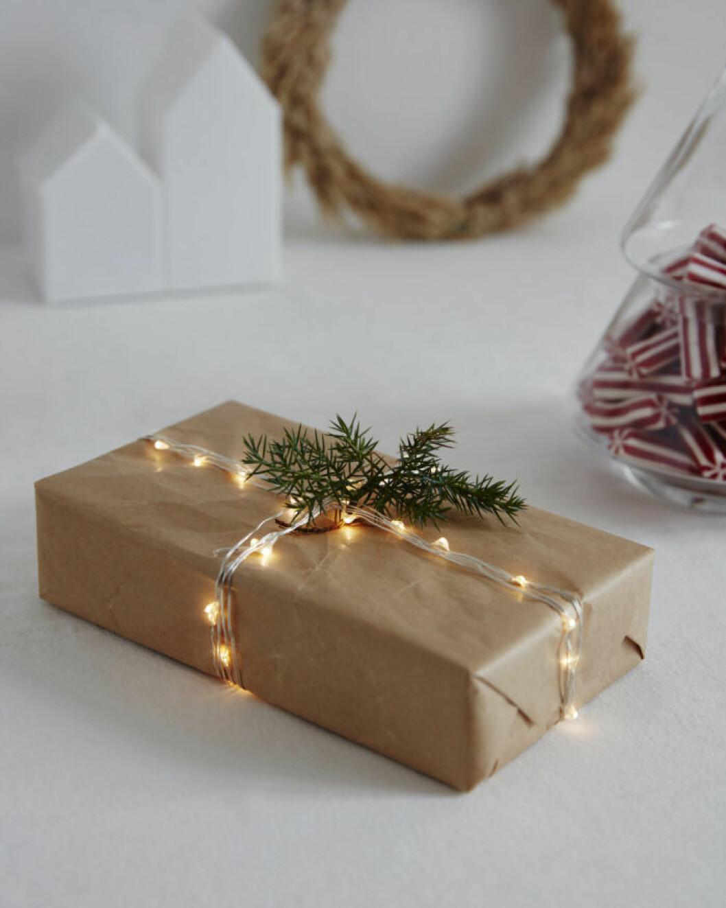 Julklapp med ljusslinga som dekoration