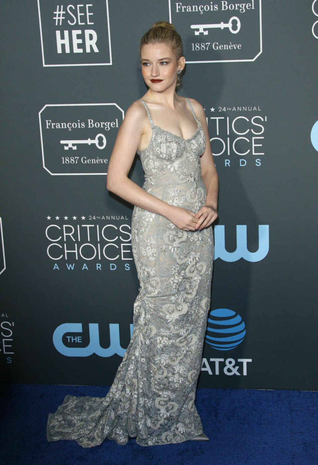 Julia Garner på röda mattan på Critics Choice Awards 2019