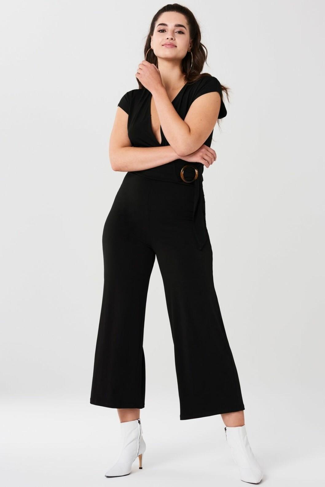 svart jumpsuit med v-ringning