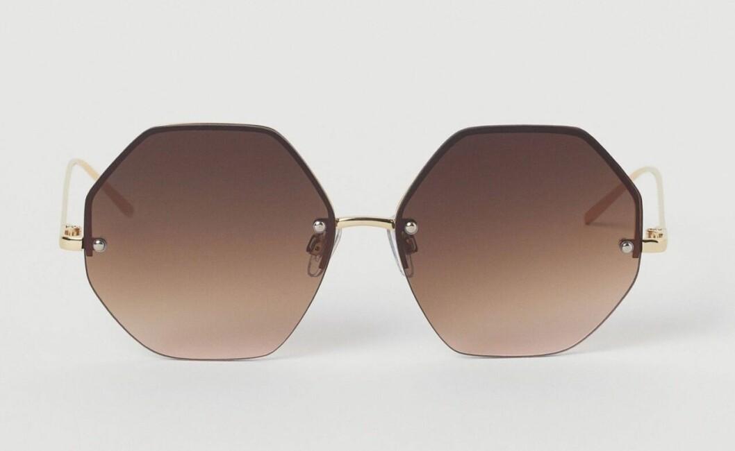 Kantiga solglasögon med tonat glas för dam till 2020