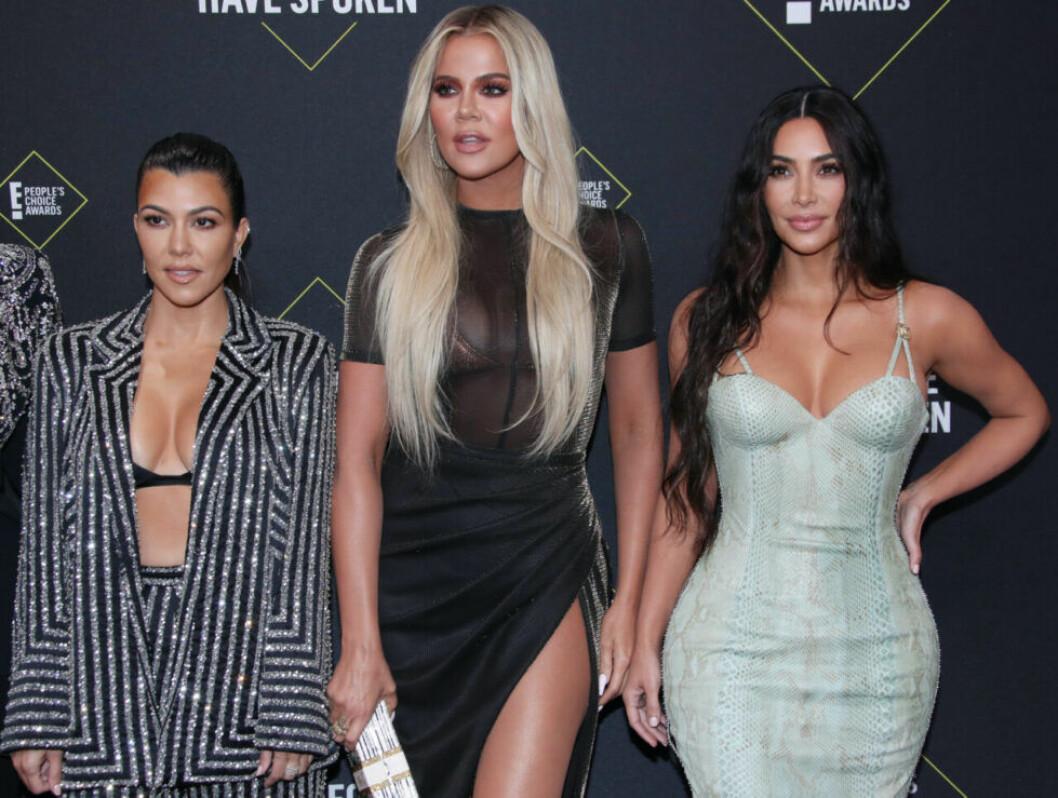 kim Khloé Kourtney Kardashian står bredvid varandra