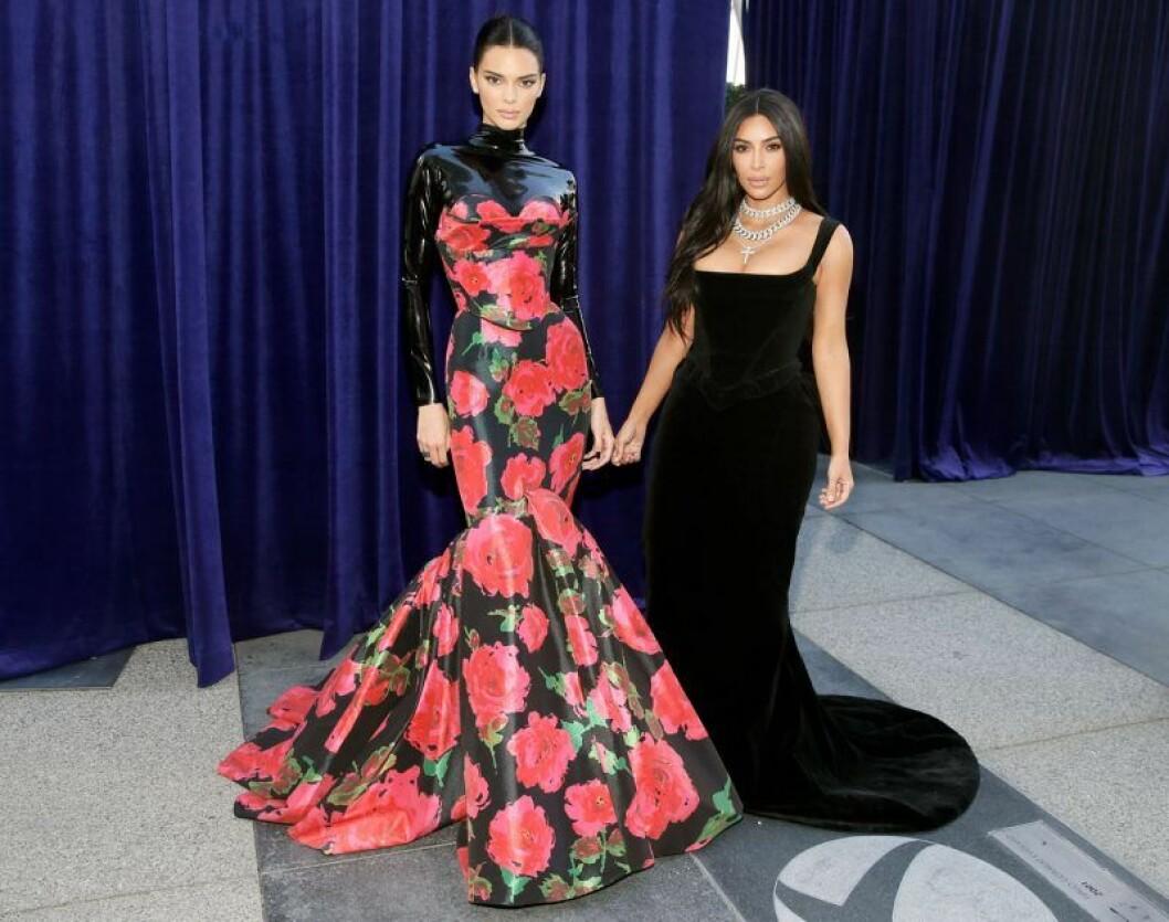 Kendall Jenner och Kim Kardashian på röda mattan på Emmy Awards 2019