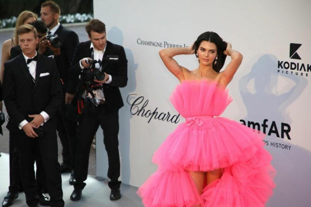 En bild på modellen Kendall Jenner som fotograferas i Cannes iklädd Giambattista Valli x H&M.