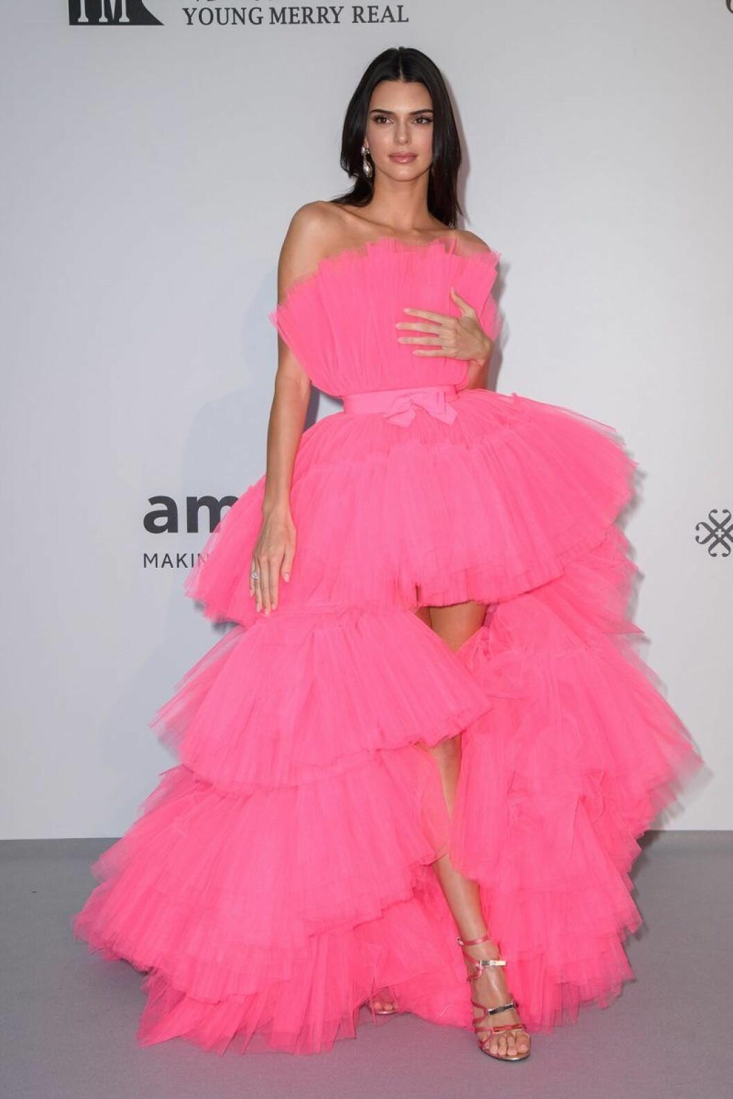 En bild på modellen Kendall Jenner i Cannes med en klänning från H&M:s kollektion med designern Giambattista Valli.