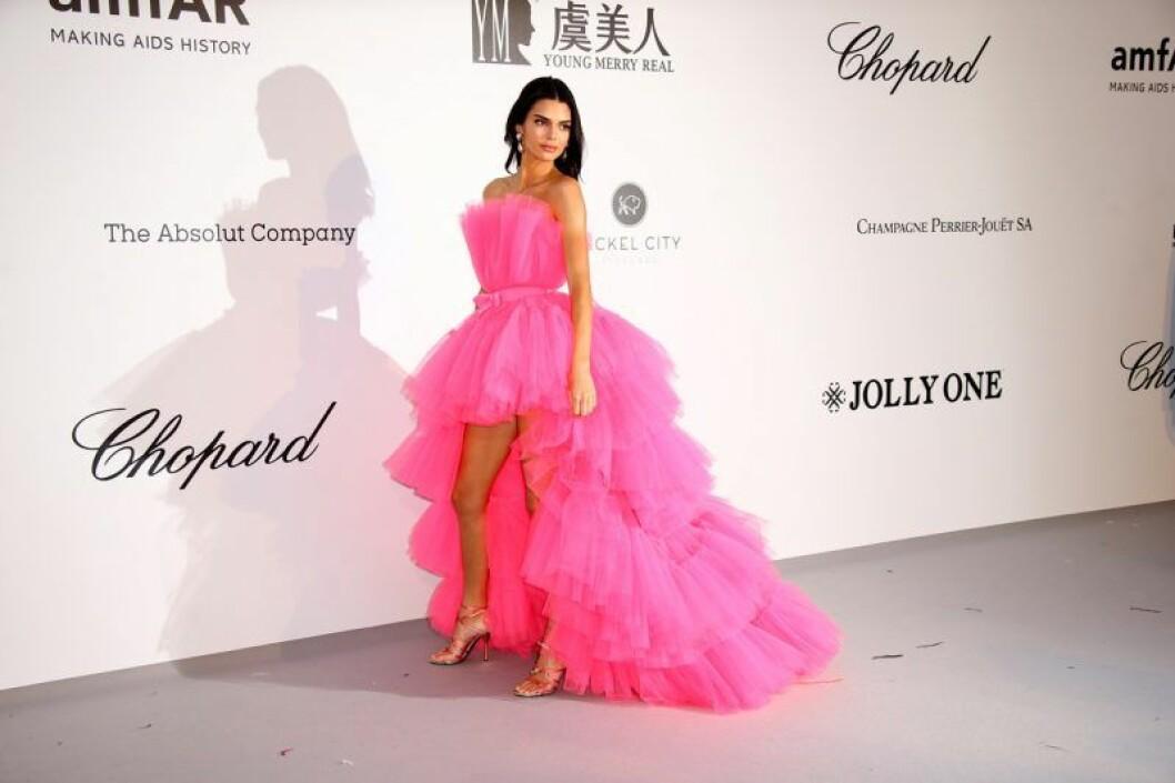 En bild på Kendall Jenner under amfAR-galan i Cannes i en rosa volangklänning från Giambattista Valli x H&M.
