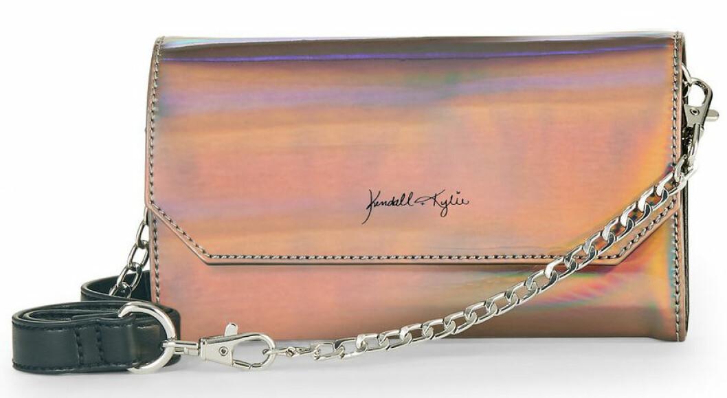 En bild på en axelremsväska i skiftande metallic från Kendall och Kylie Jenners väskkollektion för Walmart.