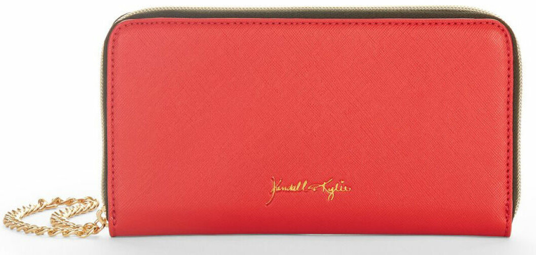 En bild på en plånbok i röd läderimitation från Kendall och Kylie Jenners väskkollektion för Walmart.