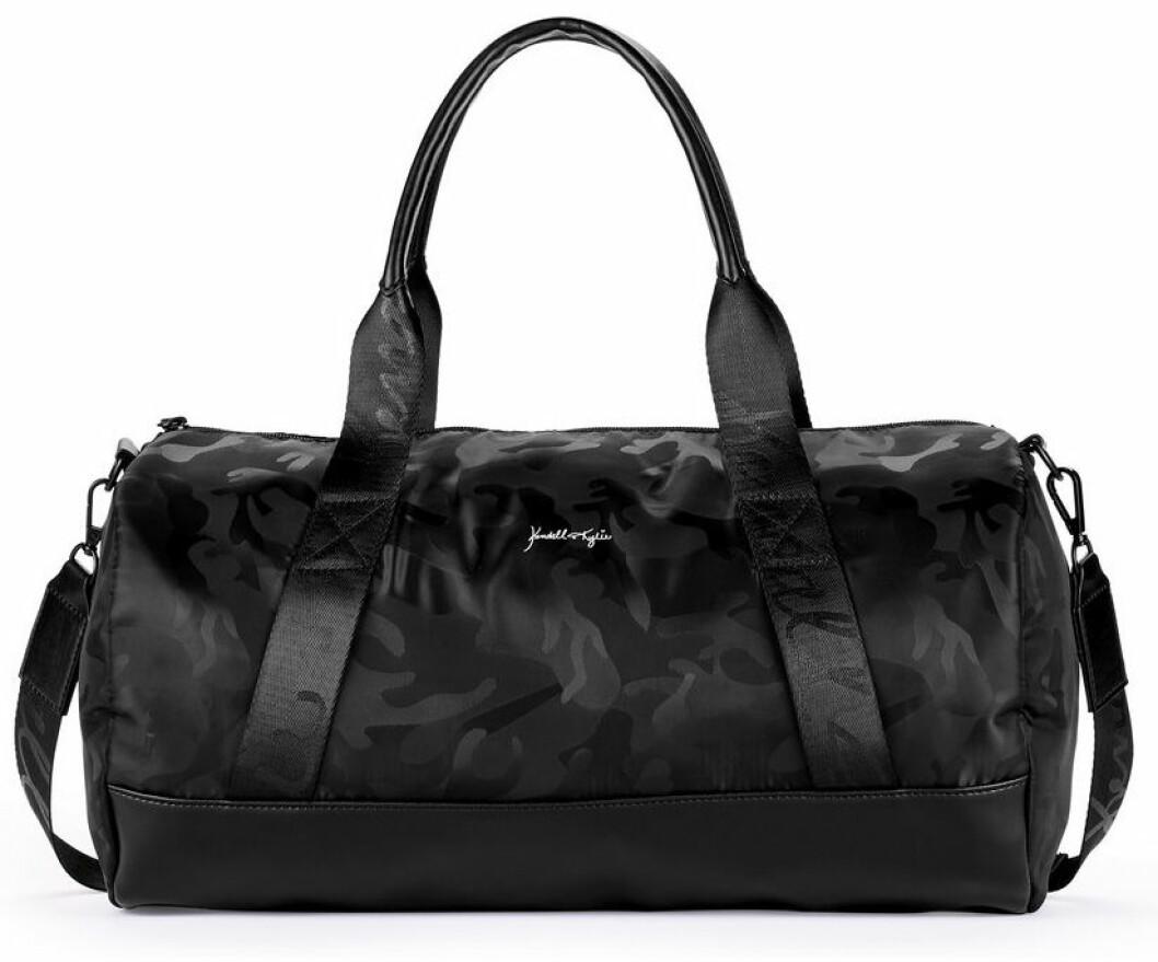 En bild på en sportbag i svart kamouflagemönster från Kendall och Kylie Jenners väskkollektion för Walmart.