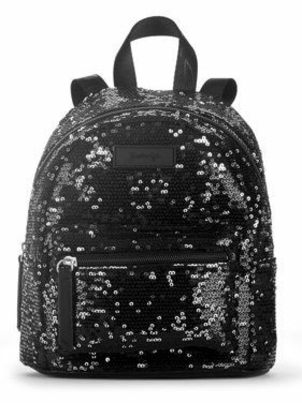 En bild på en ryggsäck med svarta pajletter från Kendall och Kylie Jenners väskkollektion för Walmart.