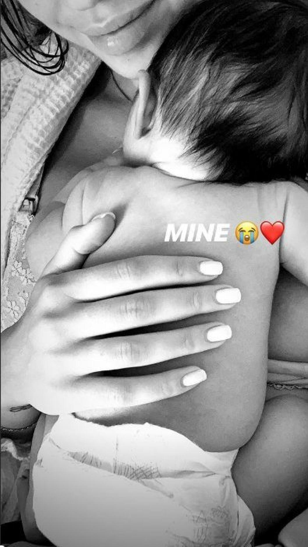 En bild på Instagram som Kenza publicerat av sin nyfödde son.