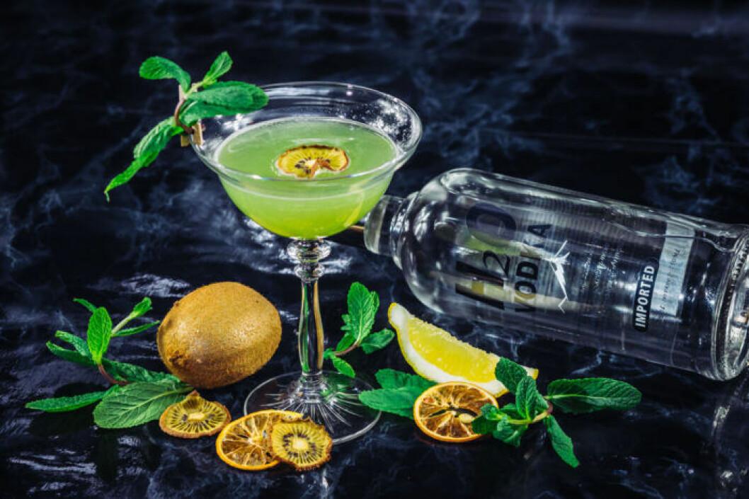 Fräscht grönt vodkadrink med kiwi.