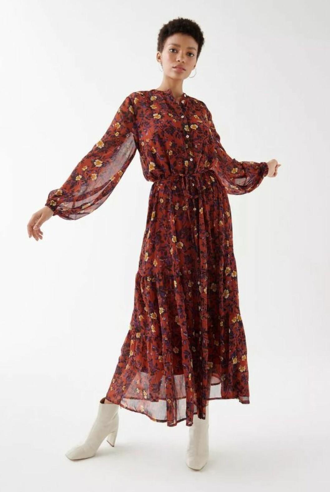 Blommig klänning med lång ärm till hösten 2019