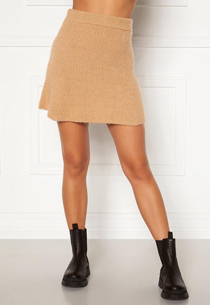Kort beige stickad kjol från Bubbleroom