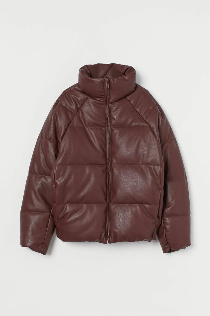 Kort puffer i läderimitation från H&M