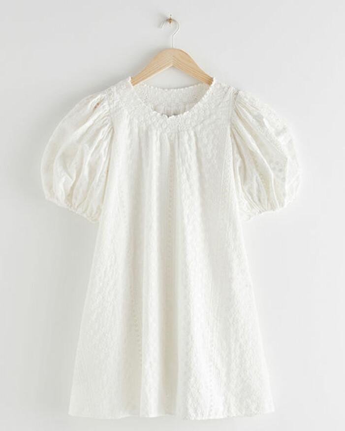 kort vit klänning till studenten med ballongärmar 2021