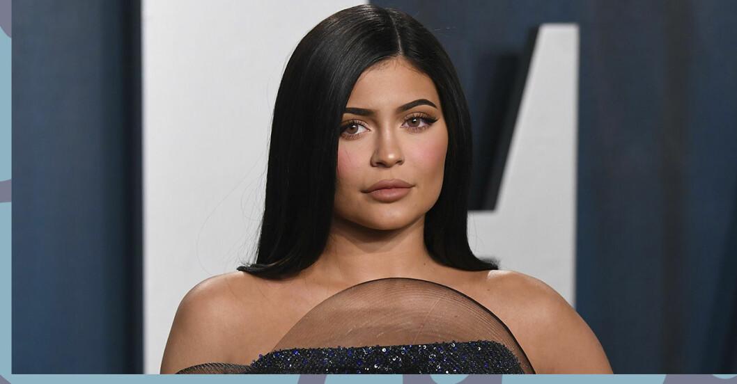närbild på Kylie Jenner som är allvarlig