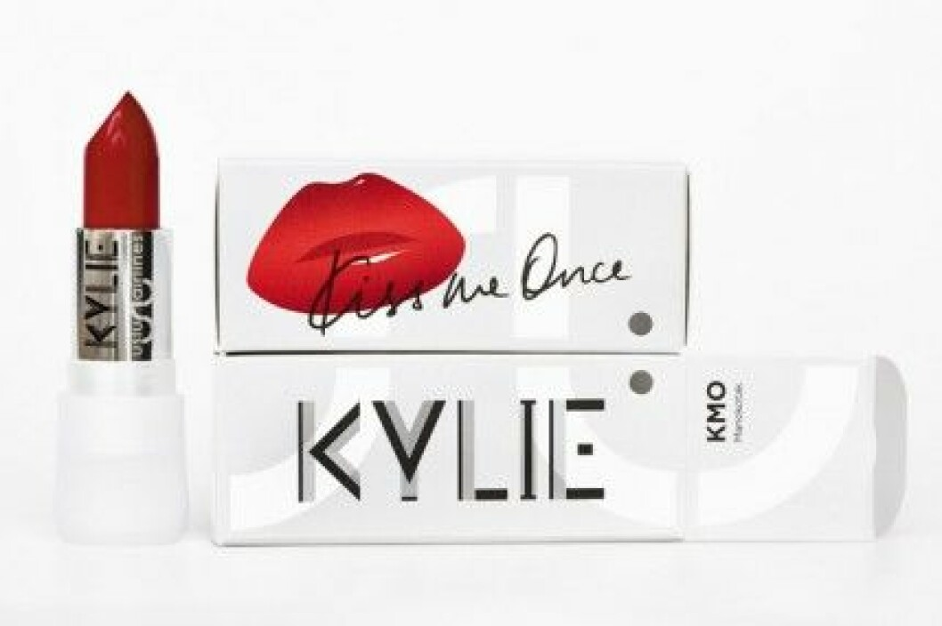 "Kylie Minogue har släppt läppstiftet ""Kiss Me Once"" med Uslu Airlines."