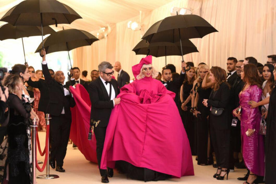 Lady Gaga gör entré på Met-galan i New York