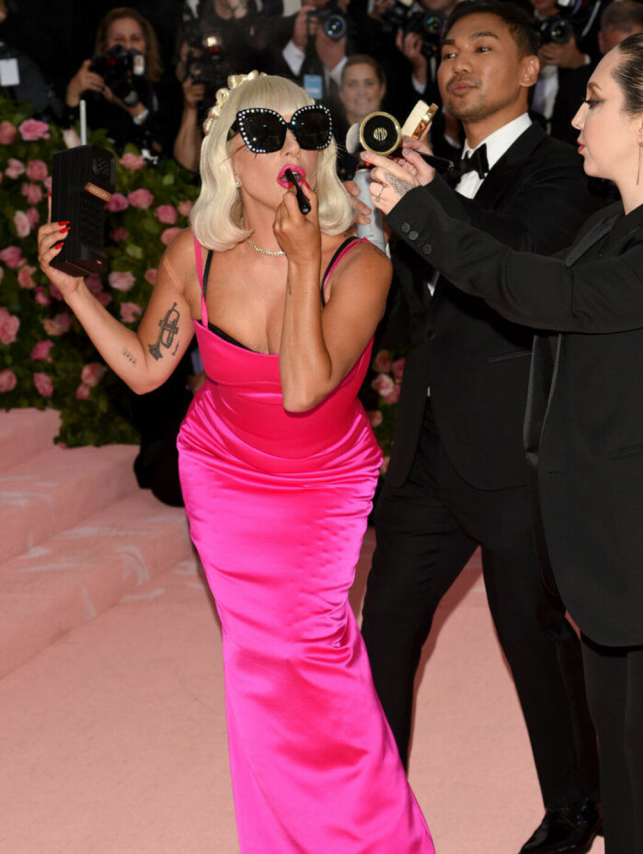Lady Gaga i ombyte tre på röda mattan